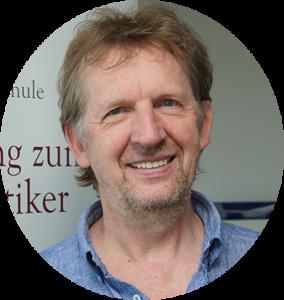 Autor und Schulleiter Arpana Tjard Holler